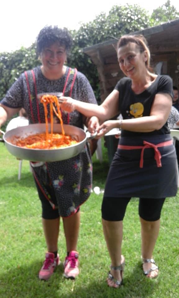 Tiziana e Fabiola, due abitanti di San GIovanni con una padella di tagliatelle